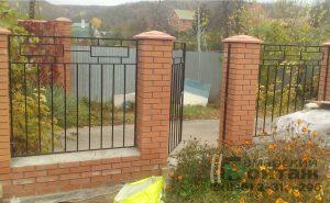 сварной забор на кирпичных столбах